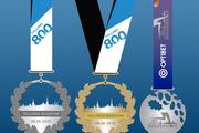 Eesti suurima rahvaspordisündmuse Tallinna Maratoni ja Sügisjooksu tänavusi juubelisärke ja -medaleid kaunistavad traditsioonilised tammelehtede motiivid.
