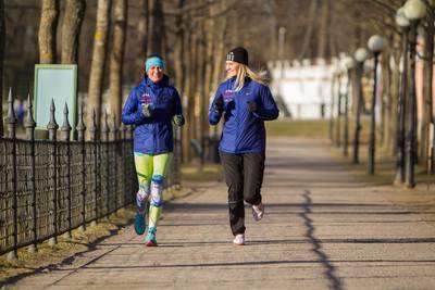 Tervisejooksjad jälgivad Kadrioru pargis 2 + 2 reeglit