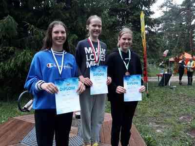 Fotol: N16 klassi Järvamaa parimad neiud poodiumil, vasakult Helena Raava, Roosi Rütman, Anna-Liisa Leiten