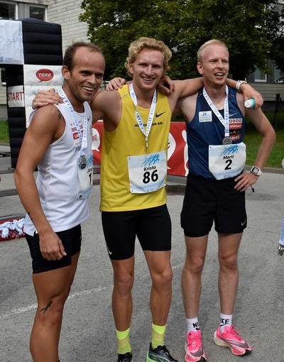 Kolm kiireimat osalejate medalitega finišis