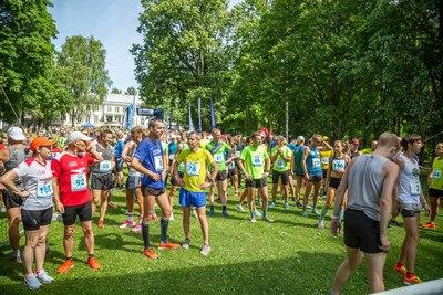 Jooksusõbrad ootavad Pühajärve puhkekeskuse pargis Maru Järvejooksude sarja algust