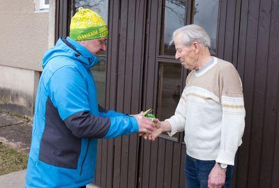 Mati Jürisson andis Benno Viirandile üle kutse jooksule ja mütsi.
