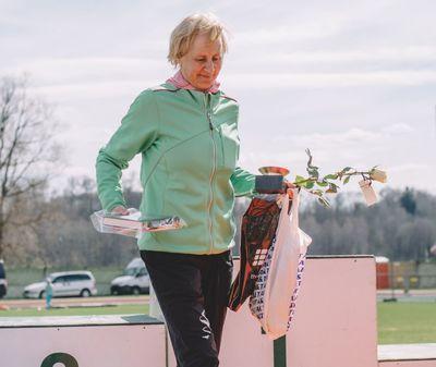 Lilian Estorn ümber Viljandi järve jooksu autasustamisel
