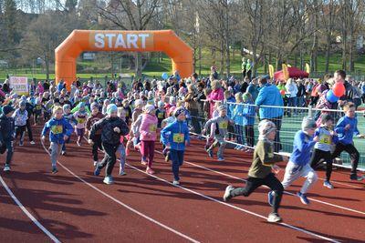 30. aprillil jooksid Viljandi staadionil lapsed.